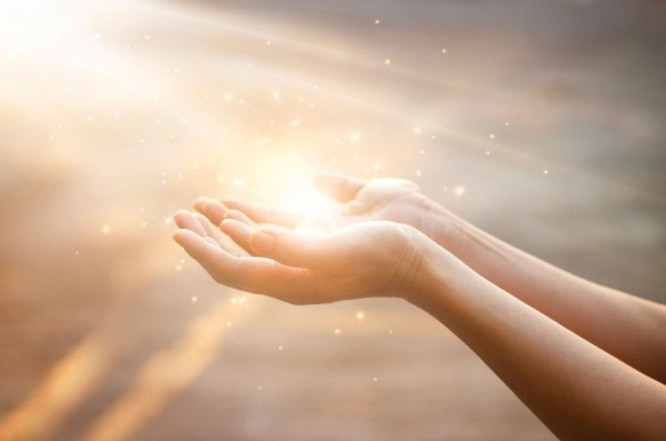 maos-de-mulher-rezando-para-bencao-de-deus-no-fundo-por-do-sol_34200-305